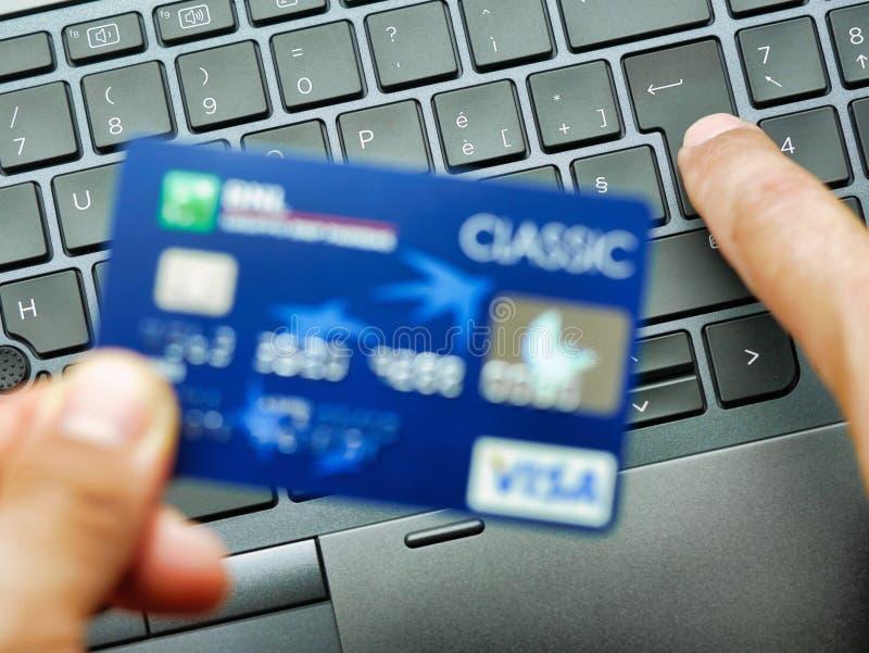 Рука печатая на покупках или приобретении номера кредитной карты клавиатуры ноутбука на линии концепции стоковые изображения rf