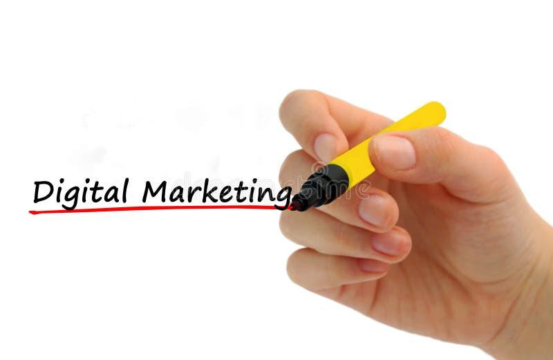 Рука писать маркетинг цифров с красной отметкой стоковое фото