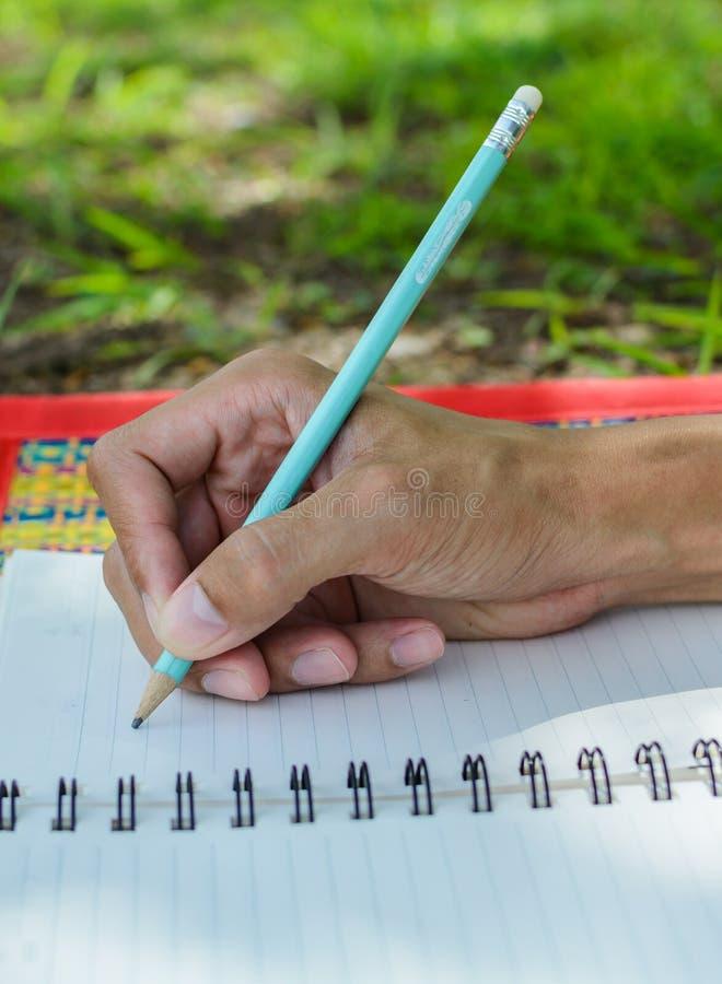 рука пишет ручку в тетради стоковые изображения rf