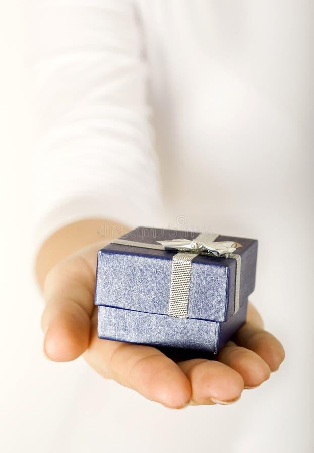 рука подарка стоковая фотография rf