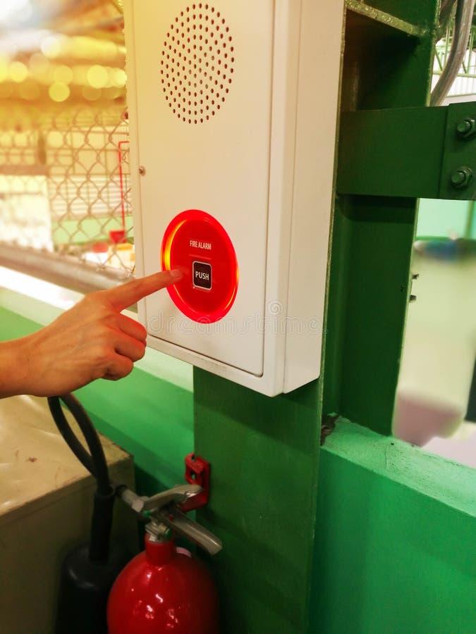 рука пожара сигнала тревоги нажимая переключатель стоковое фото rf