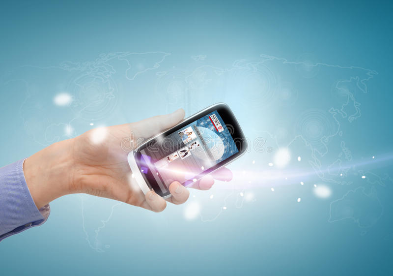 Рука показывая smartphone с новостями app стоковая фотография