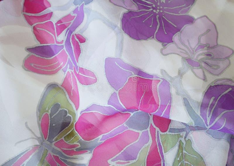 Рука покрасила шарф шелка Бабочка и цветки, конец вверх стоковые изображения rf