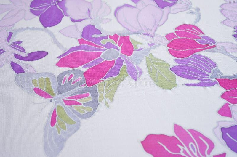 Рука покрасила шарф шелка Бабочка и цветки стоковые фотографии rf