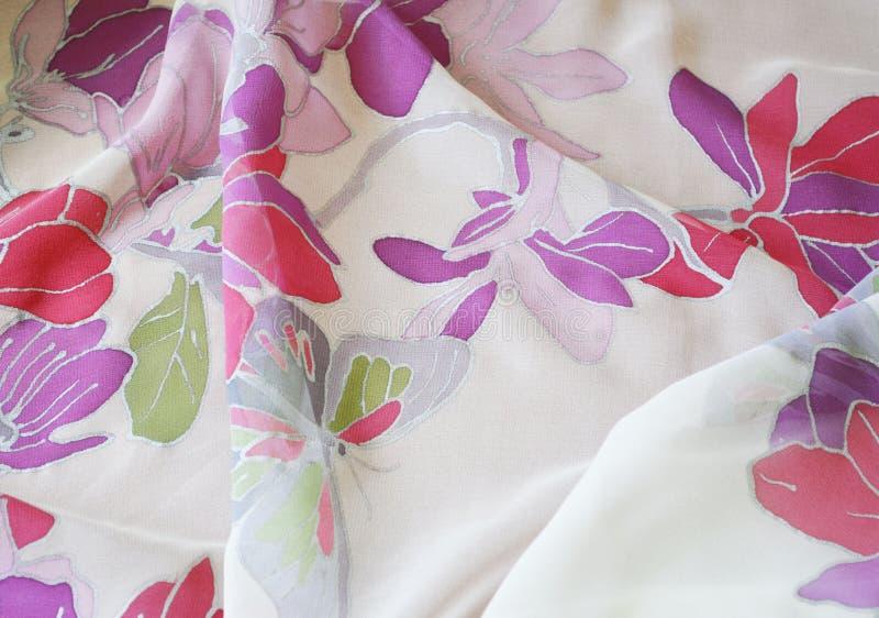 Рука покрасила шарф шелка Бабочка и цветки стоковая фотография rf