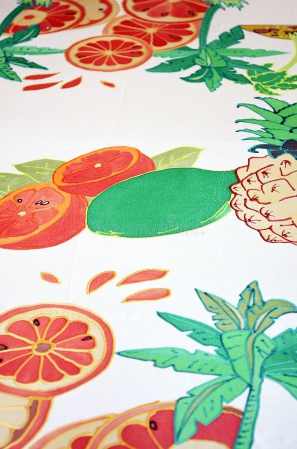 Рука покрасила шарф шелка Зеленые лист и плоды ладони стоковые фото