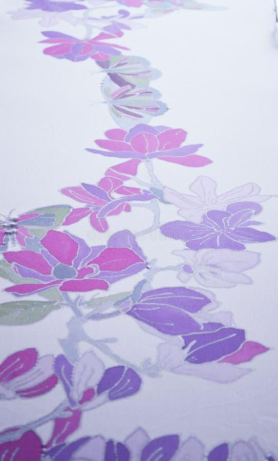 Рука покрасила шарф шелка Красивые бабочка и цветки стоковые изображения rf