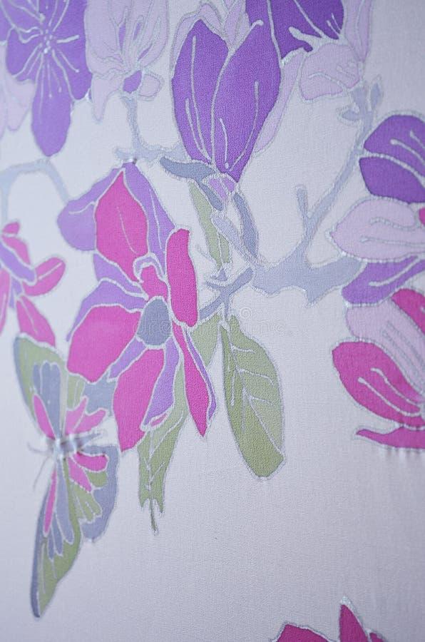 Рука покрасила шарф шелка Лето, конец вверх стоковые фотографии rf