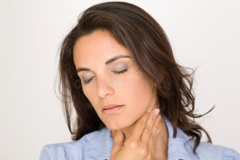 рука предпосылки изолированная над женщиной больной боли в горле места белой стоковое изображение