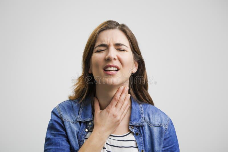 рука предпосылки изолированная над женщиной больной боли в горле места белой стоковая фотография
