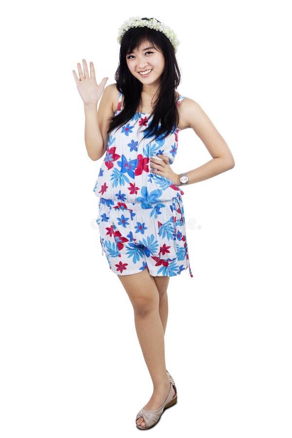 Рука привлекательной красивой женщины развевая стоковое изображение rf