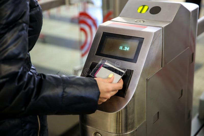 Рука прикладывает билет к validator стоковые фото