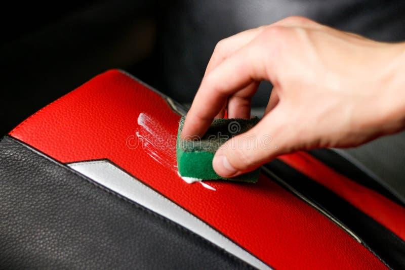 Рука прикладывает сливк к продукту неподдельной кожи конец вверх стоковые изображения rf