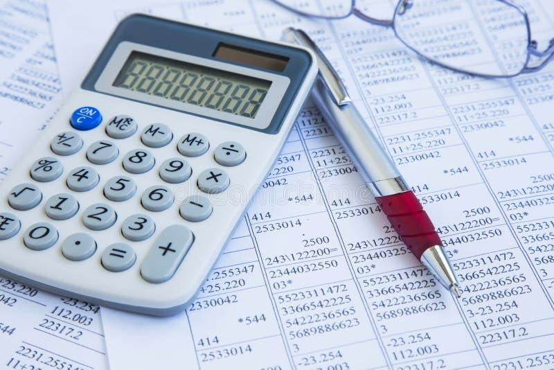 рука принципиальной схемы чалькулятора предпосылки бухгалтерии изолированная над белизной Калькулятор с бумагами офиса финансов с стоковое изображение