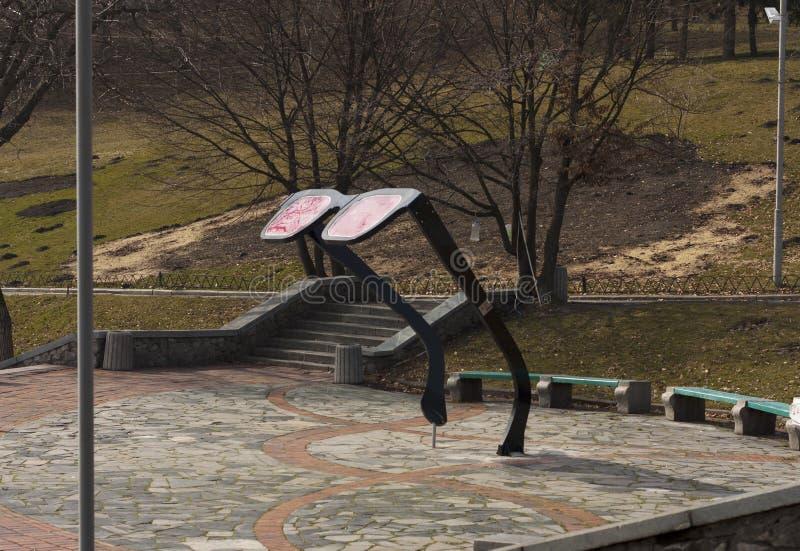 рука принципиальной схемы коммерсантки 3d указывая слово зрения Статуя стекел в парке города Киева Kyiv стоковое фото
