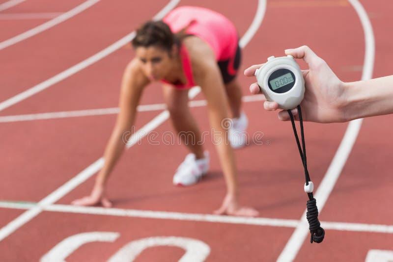 Рука приурочивая бег женщины на идущем следе стоковое изображение rf