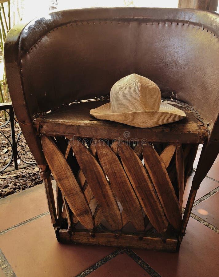 Рука произвела городок деревянного стула старый стоковые изображения