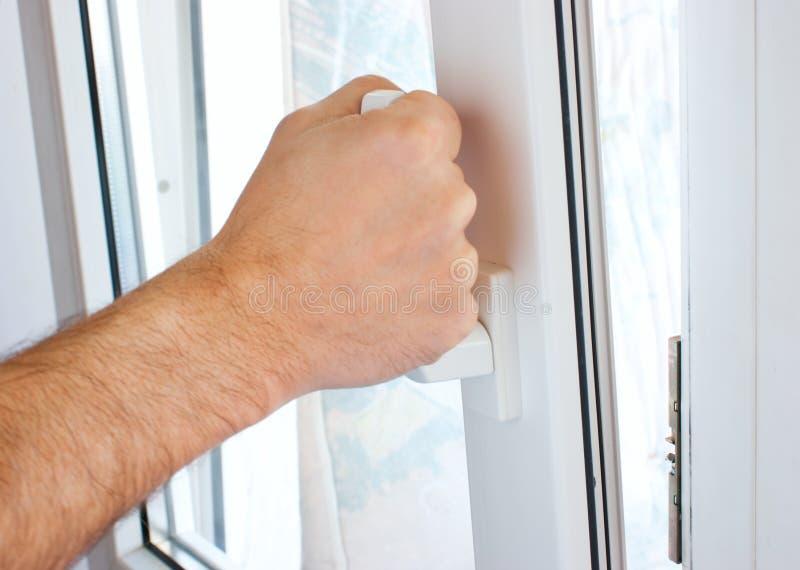 рука раскрывает окно стоковое изображение rf