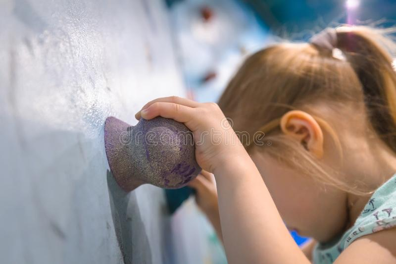 Ребенок на взбираясь стене стоковые фотографии rf