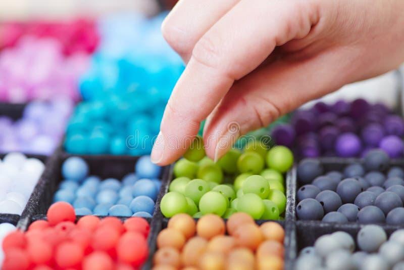 Рука ремесленника выбирая жемчуг стоковые фотографии rf