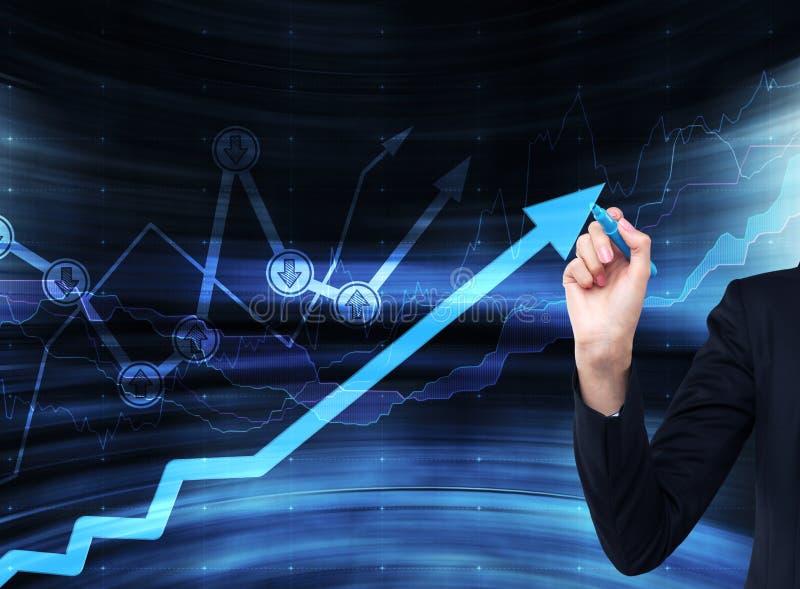 Рука рисует растущую стрелку на стеклянном экране стоковая фотография rf