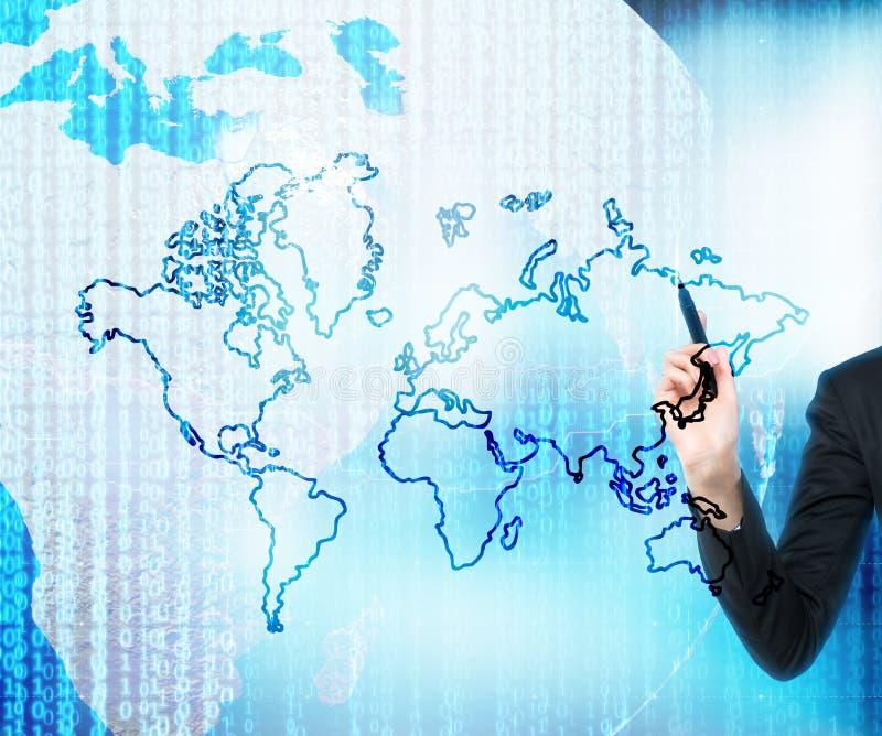 Рука рисует цифровой мир дела Карта мира нарисована над цифровым глобусом стоковое изображение