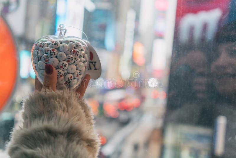 Рука рудоразборки девушки на яблоке, я люблю Нью-Йорк стоковые изображения rf