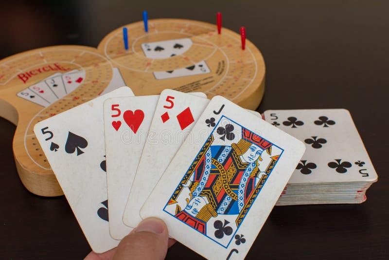 Рука самое лучшее карточной игры Cribbage над доской игры стоковое изображение