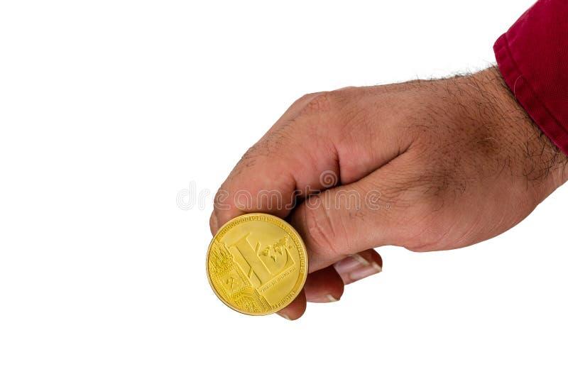 Рука слегка ударяя монетку cryptocurrency золотую стоковое изображение