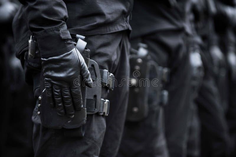 Рука солдата на пистолете стоковое фото rf