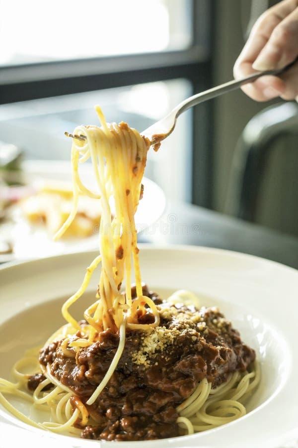 Рука спагетти завальцовки вилки пользы женщины стоковая фотография rf