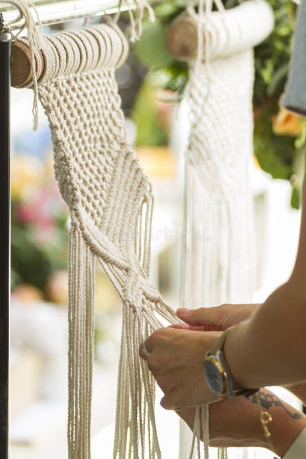 Рука сплетя бежевый гобелен macrame пряжи стоковая фотография rf