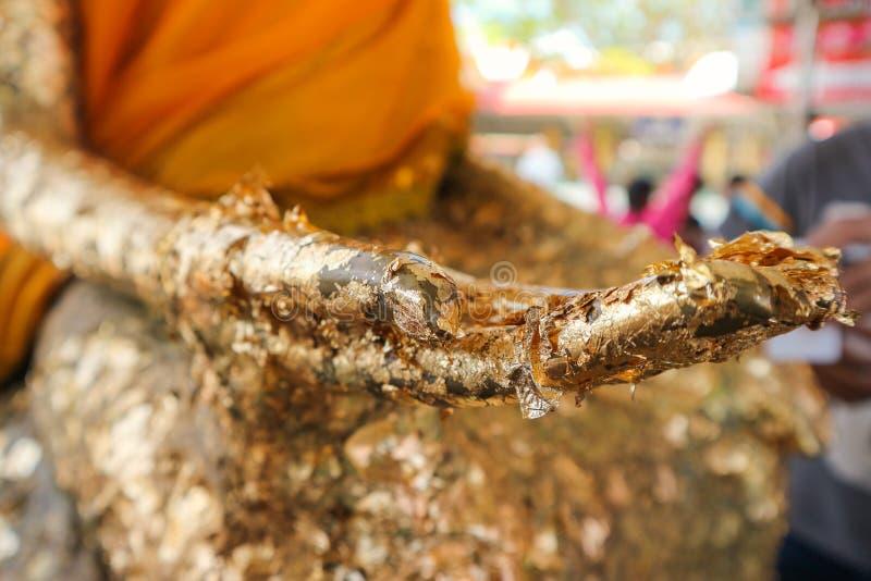 Рука статуи Будды с листовым золотом Таиландом стоковые изображения rf