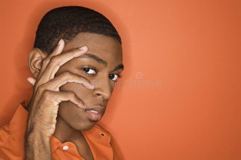 рука стороны афроамериканца его человек стоковое изображение rf