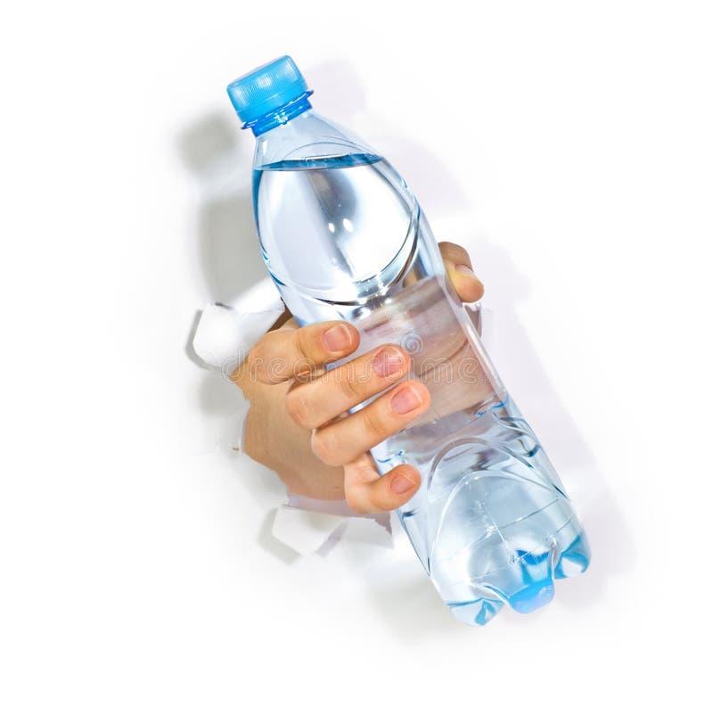 Рука с бутылкой воды стоковая фотография rf