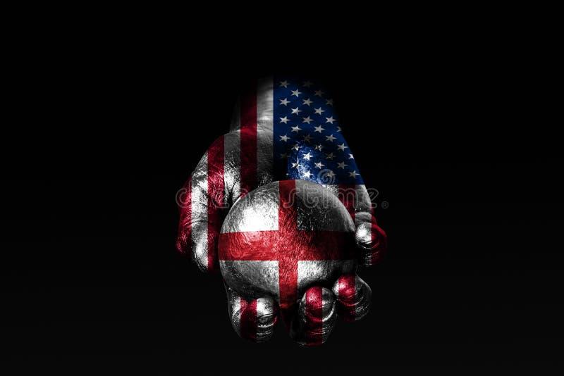 Рука с вычерченным флагом США держит шарик с вычерченным флагом Англии, знак влияния, давление или консервацию и защиту стоковое изображение rf