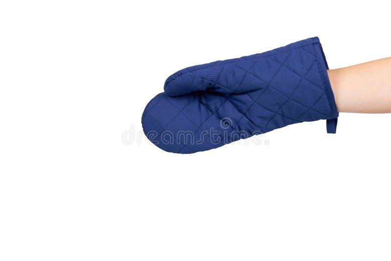 Рука с голубой перчаткой кухни, предохранением от жары и безопасностью стоковое изображение
