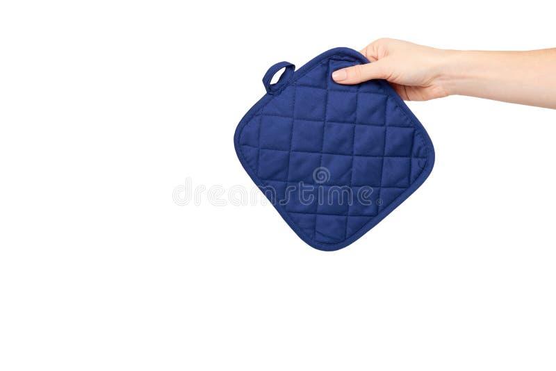 Рука с голубой перчаткой кухни, предохранением от жары и безопасностью стоковая фотография