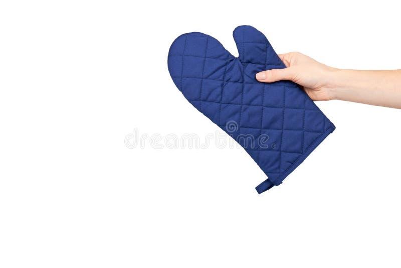 Рука с голубой перчаткой кухни, предохранением от жары и безопасностью стоковые изображения rf