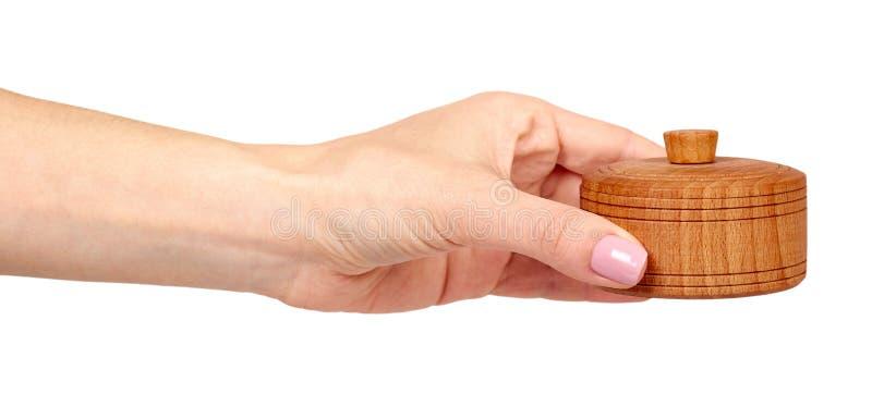 Рука с деревянным контейнером, круглым случаем r стоковые изображения rf