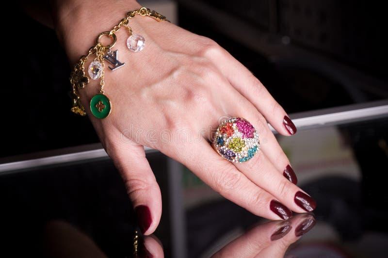 Рука с золотистыми ювелирными изделиями стоковая фотография rf