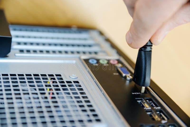 Рука с кабельной фишкой HDMI стоковое изображение