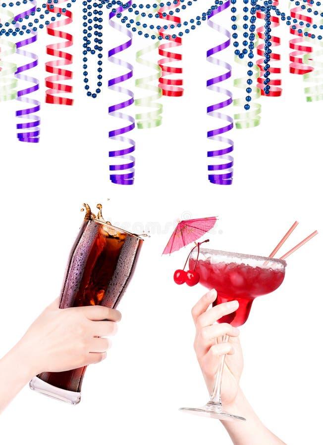 Рука с коктеилем спирта стоковая фотография