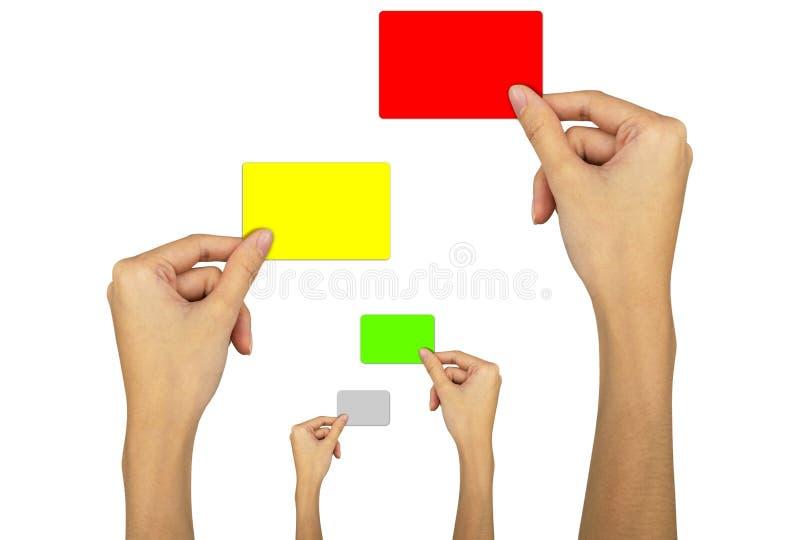 Рука с красной карточкой, желтой карточкой, зеленой карточкой на белом фоне стоковые фото