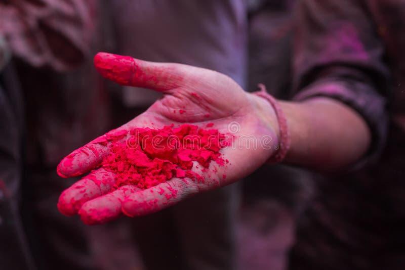 Рука с напудренной красной краской во время для торжества Holi стоковая фотография rf