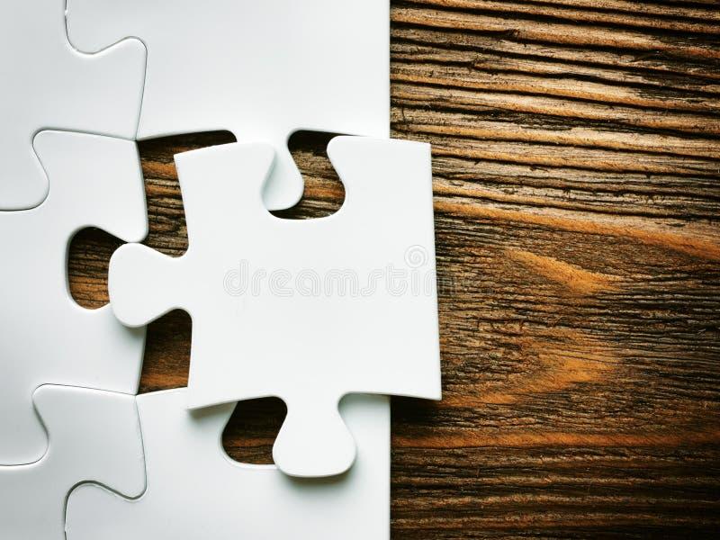 Рука с отсутствующей частью мозаики Изображение концепции дела для завершать окончательную часть головоломки стоковое фото rf
