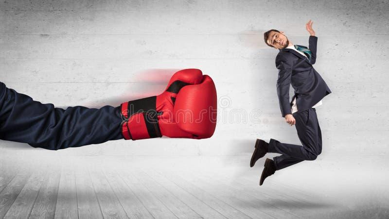 Рука с перчатками бокса ударяет концепцию работника офиса стоковое фото