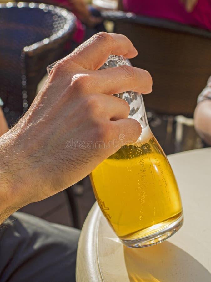 Рука с пивом стоковые фотографии rf