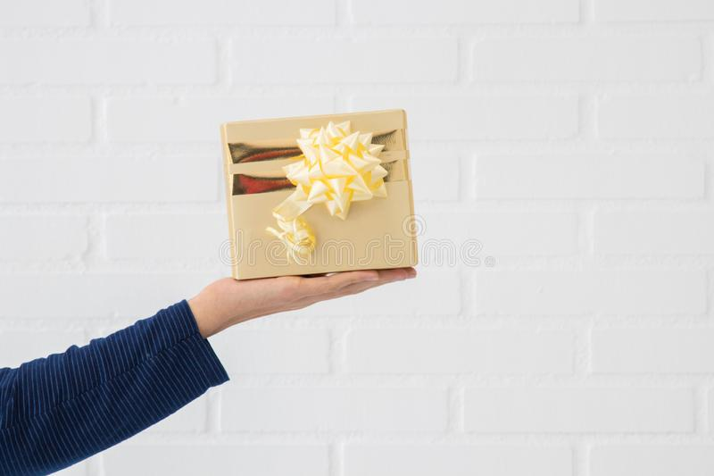 Рука с подарочной коробкой стоковые изображения rf