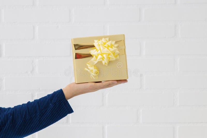Рука с подарочной коробкой стоковые изображения